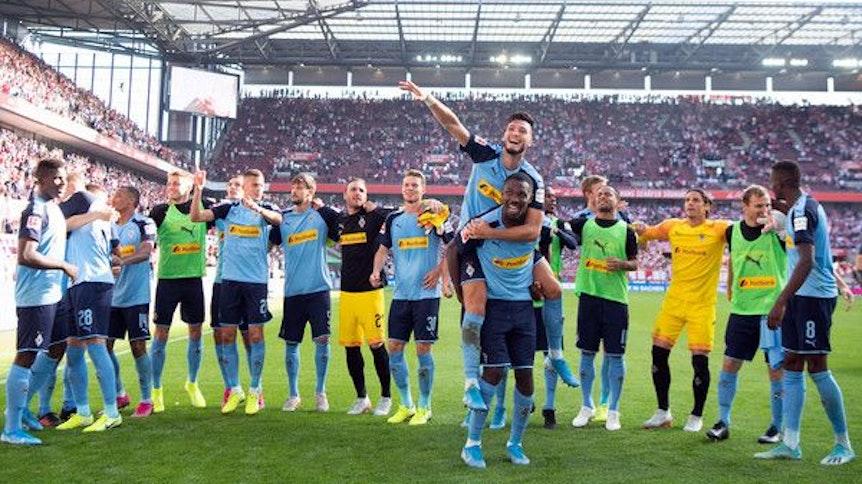 Spieler der Gladbacher Borussia jubeln nach einem Sieg im Bundesliga-Spiel beim 1. FC Köln.