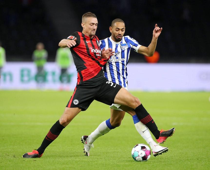 Stefan Ilsanker (l.) bezwang am zweiten Spieltag der Fußball-Bundesliga mit Eintracht Frankfurt Matheus Cunha, seinen Ex-Mitspieler bei RB Leipzig.