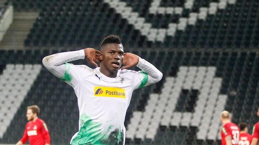Breel Embolo, Stürmer von Borussia Mönchengladbach, greift sich am 11. März 2020 nach einem Tor im Geisterspiel gegen den 1. FC Köln an beide Ohren während des Torjubels.