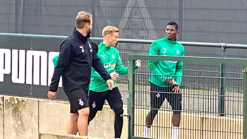 Breel Embolo, rechts im Bild, spricht mit Oscar Wendt und René Maric (l.) nach dem Training im Borussia-Park