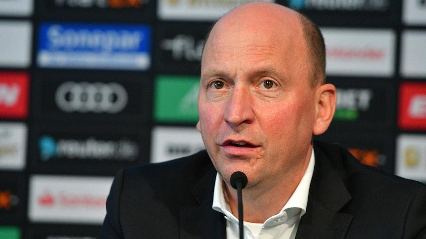 Borussias Geschäftsführer Stephan Schippers während einer Pressekonfernez.