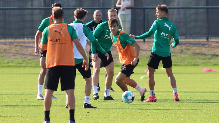 Die Mannschaft von Borussia Mönchengladbach auf dem Trainingsplatz im Borussia-Park.
