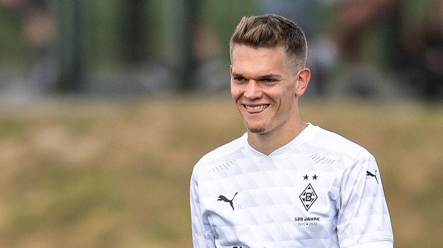 Nationalspieler Matthias Ginter lächelt im Trikot der Gladbacher Borussia in die Kamera.
