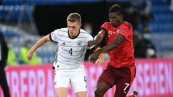 Borussias Angreifer Breel Embolo (rechts im Bild) machte für die Schweiz ein starkes Spiel. Nach einem Zweikampf mit seinem Gladbacher Teamkollegen Matthias Ginter (links) musste er allerdings verletzt ausgewechselt werden.