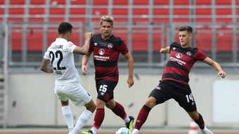 Tom Krauß (r.) im Trikot des 1. FC Nürnberg beim Test gegen den Augsburg.