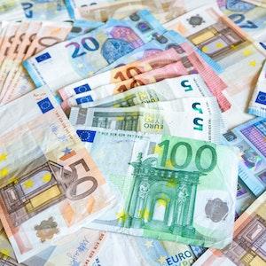 EU-Währung Euro-Symbol Steuern Rechnung Währung Europa - Kontinent Frankreich Finanzen Gestapelt Reichtum Deutschland Ersparnisse Europäische Währung Geld verdienen Geschäftsleben Bank Bankgeschäft Bezahlen Bildhintergrund Börse Darlehen Einkaufen Erfolg Finanzen und Wirtschaft Finanzwirtschaft und Industrie Fotografie Fünfhunderteuroschein Fünfzigeuroschein Geldschein Horizontal Inflation Investition Konzepte Lohn Nahaufnahme Niemand Nummer 100 Papier Symbol Wirtschaft Zahl 50