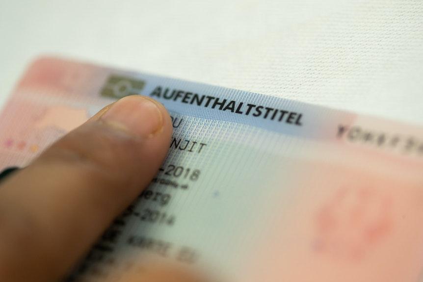 Dieser Aufenthaltstitel fehlt derzeit noch vielen Kölnern mit ausländischem Pass, die in den Urlaub fliegen wollen.