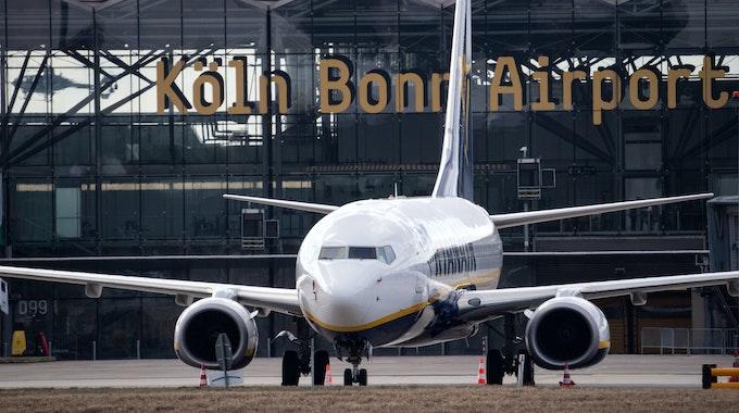 Ein Flugzeug von Ryanair steht auf dem Vorfeld des Flughafen Köln/Bonn.
