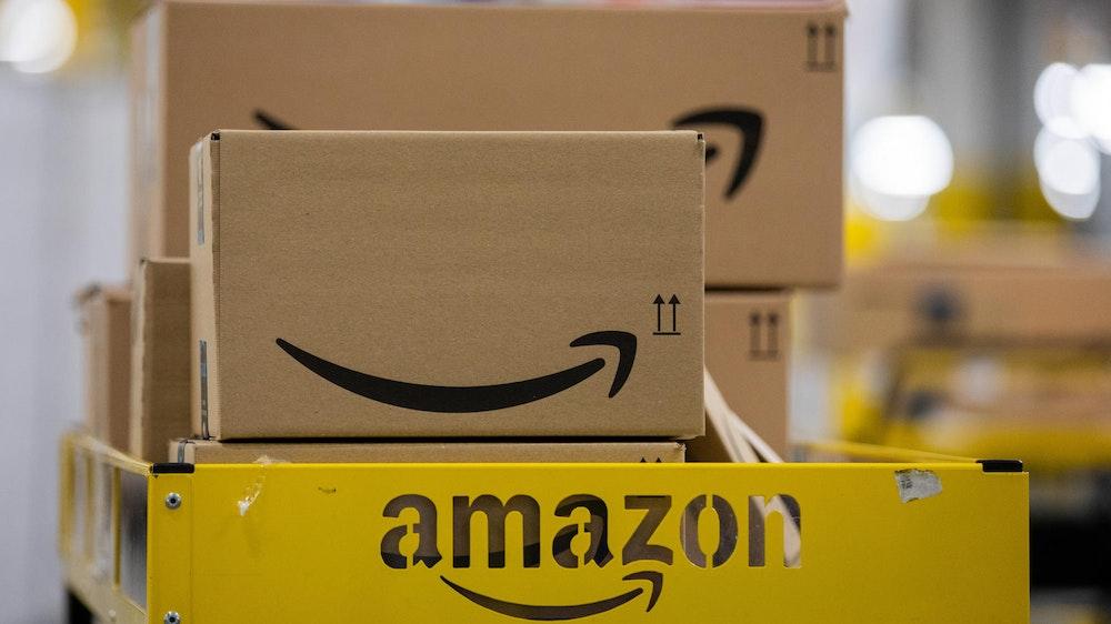Ein Amazon-Karton in einem Logistikzentrum: Oft werden kleine Gegenstände auch in großen Kartons verschickt.