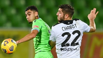 Julian Chabo (r. ) im Duell mit Andreas Pereira von Lazio Rom.