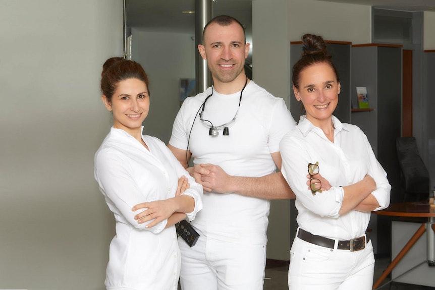 Dr. med. dent. Anna Yotova, Dr. med. dent. Aghasi Sargsyan und Sabine Herbricht, MSc. (von l. n. r.) stehen den Kunden während der kompletten Behandlung beratend zur Seite.