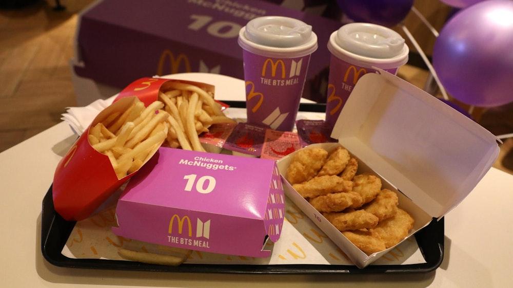 Blick auf ein BTS-Menü mit pinken Verpackungen von einem McDonald's in Seoul als Promo-Aktion für die südkoreanische Boygroup Bangtan Boys mit Chicken McNuggets: Aus solch einem Menü stammt der Nugget in Form einer Videospielfigur, der in den USA bei eBay für knapp 100.000 US-Dollar über den Ladentisch ging.