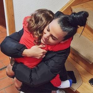 Trash-Star Elena Miras umarmt ihre Tochter Aylen, die nur von hinten zu sehen ist. Das Foto hat Elena Miras im Februar auf Instagram gepostet. Beide mussten mit einer Lebensmittelvergiftung ins Krankenhaus, erklärt Miras in einem Video.