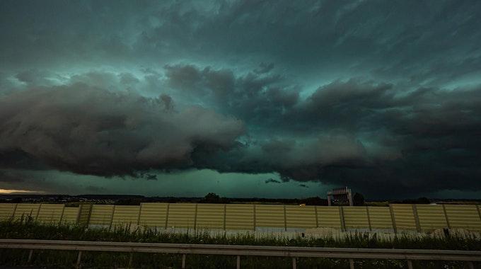 Ein massives Unwetter mit einer Shelf Cloud zieht über die A8 bei Esslingen und Stuttgart auf.