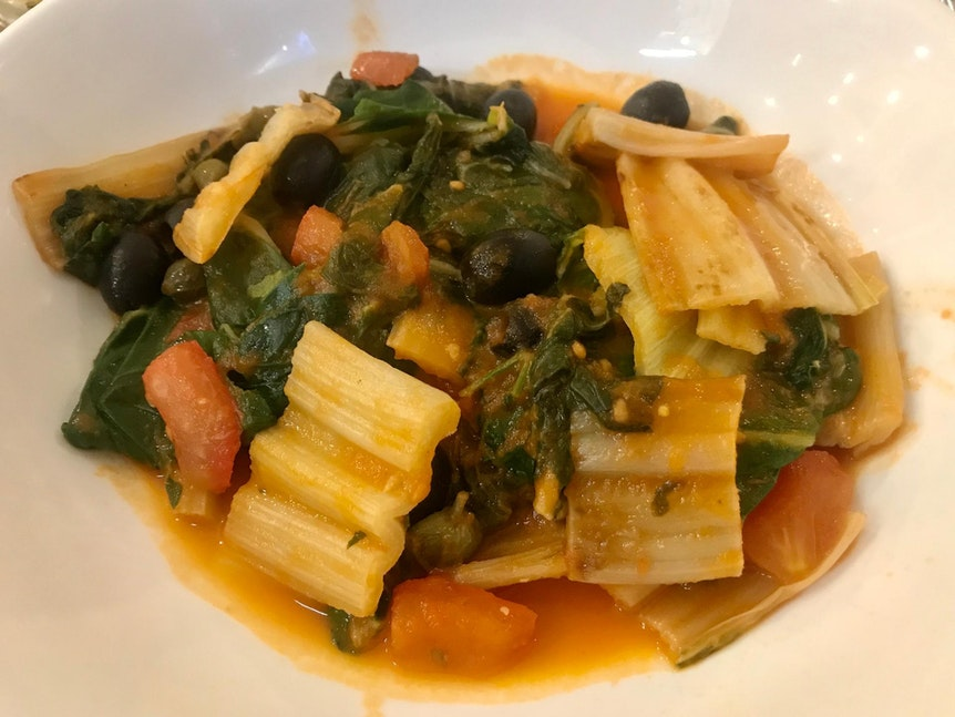 Mangold mit Knoblauch, Oliven, Kapern und Tomatensoße.