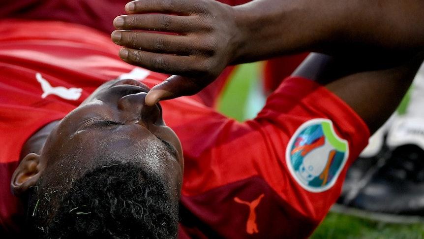Gladbachs Breel Embolo zog sich im EM-Viertelfinale der Schweiz gegen Spanien am 2. Juli 2021 in St. Petersburg eine Oberschenkelverletzung zu und fällt nun bis auf Weiteres aus. Das Foto zeigt den Schweizer mit Schmerz verzerrtem Gesicht leidend auf dem Boden liegend.