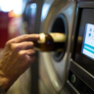 Eine ältere Dame steckt eine Flasche in den Leergutautomaten eines Supermarktes, ein Preis wird in einem Display angezeigt: Ein Hinweis an solch einem Leergutautomaten in einer Edeka-Filiale sorgte für einen Shitstorm im Netz, das Unternehmen distanzierte sich sofort.