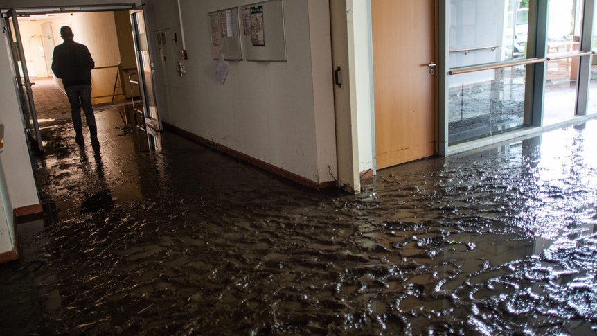 Eine Schlammlawine hat am 4. Juli 2021 Räume eines Seniorenheims in Fröndenberg regelrecht überspült.