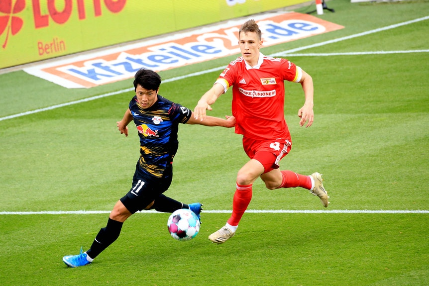 Nico Schlotterbeck (r.), hier noch im Trikot des 1. FC Union Berlin, verfolgt RB-Stürmer Hee-Chan Hwang