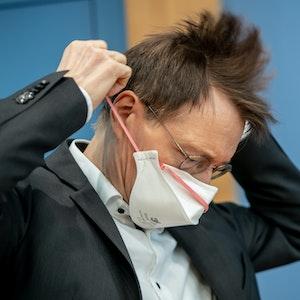 Karl Lauterbach (SPD), Gesundheitsexperte, setzt nach einer Pressekonferenz zur aktuellen Coronalage und dem weiteren Vorgehen bei den Impfungen in Berlin seinen Mund-Nasen-Schutz auf.