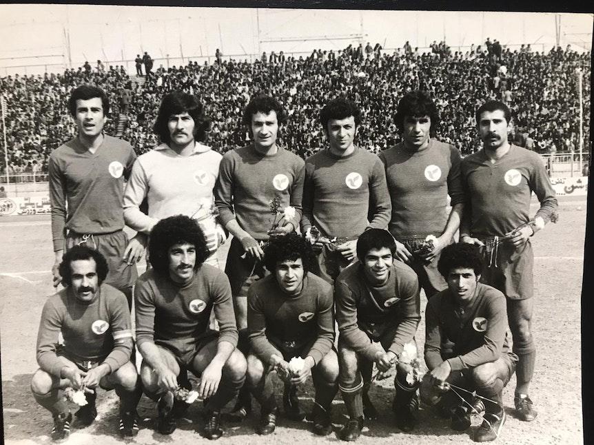 Ein Mannschaftsfoto mit Ali Sajadi und seinem Team Homa für das im Iran als Profifußballer in den 1970ern aktiv gewesen ist.