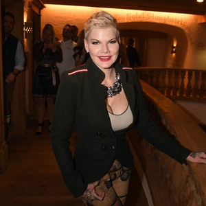 Die TV-Darstellerin Melanie Müller feiert im Jahr 2020 auf Mallorca bei der Weißwurstparty im Stanglwirt: Melanie Müller macht sich große Sorgen um ihren Mann Mike Blümer. Sie erklärt, dass er wegen einer OP im Rollstuhl landen könnte.