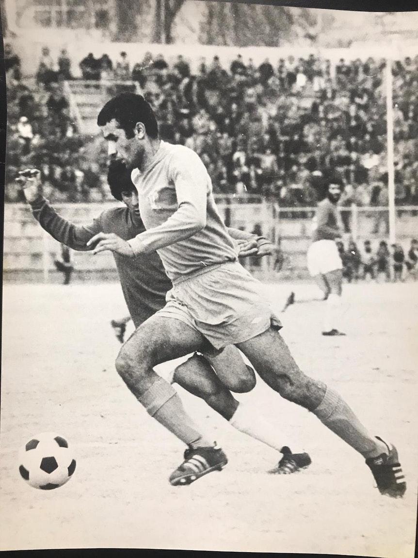 Ali Sajadi als aktiver Fußballer in den 1970ern au dem Feld.