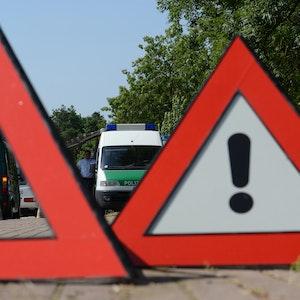 Zwei Polizeibeamte kontrollieren am 15.07.2013 an der A5 bei Neuenburg (Baden-Württemberg) das Gewicht eines Reisemobils.