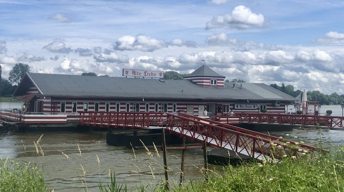 """Das Bootshaus """"Alte Liebe"""" auf dem Rhein in Rodenkirchen."""