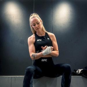 Hanna Hansen beim Tapen vor dem Training