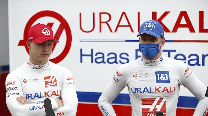 Nikita Mazepin (l.) und Mick Schumacher stehen vor dem Grand Prix von Österreich am 2. Juli in Spielberg im TV-Interview vor einer Medienwand.