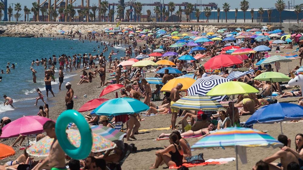 Menschen verbringen Zeit am Strand Malagueta an einem heißen Sommertag. In dem Land werden nun Höchsttemperaturen von über 40 Grad Celsius erwartet.