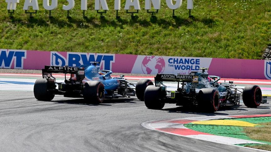 Sebastian Vettel und Fernando Alonso fahren im Qualifying der Formel 1 in Spielberg nebeneinander.