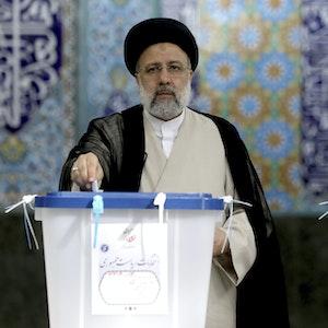 Ebrahim Raisi, Kandidat der Präsidentenwahl im Iran, bei der Stimmabgabe in einem Wahllokal am 18. Juni 2021.