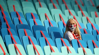 Eine einsame Zuschauerin in der Red Bull Arena: Bald sollen die Bundesliga-Stadien wieder deutlich voller werden.