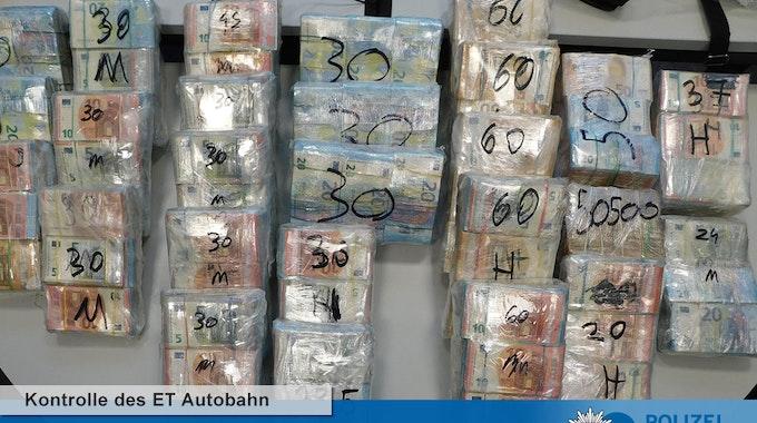 Die Polizei präsentiert den Millionen-Fund: Rund 800.000 Euro sind zu Bündeln in Folie verpackt.