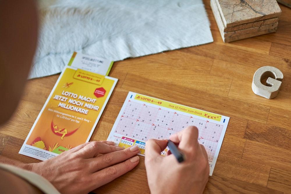 Verreisen Sie in den Ferien? Ihre Tipps für LOTTO 6aus49, Eurojackpot oder die GlücksSpirale können bis zu fünf Wochen hintereinander bei den Ziehungen dabei sein – mit dem Mehrwochenschein.