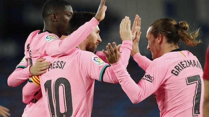 Ousmane Dembélé (l.) und Antoine Griezmann (r.), beim Torjubel mit Lionel Messi.