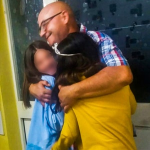 Das, Foto, das Fernando Porcu auf Facebook postete, zeigt ihn dabei, wie er seine beiden Töchter umarmt. Der Italiener aus Villamar rettete seine Tochter und zwei andere Mädchen vor dem Ertrinken und starb anschließend selbst.