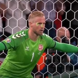 EM 2021: Dänemarks Torhüter Kasper Schmeichel vor dem Elfmeter. Ein Fan fixiert ihn mit einem Laserpointer.