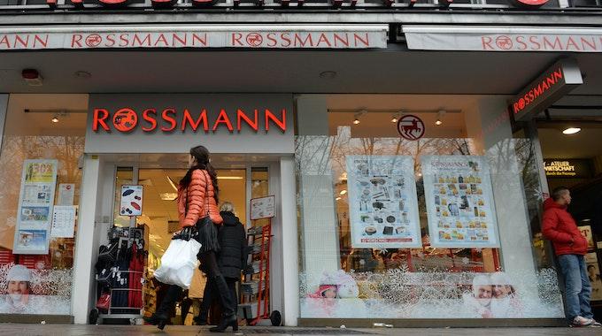 Eingang einer Rossmann-Filiale.