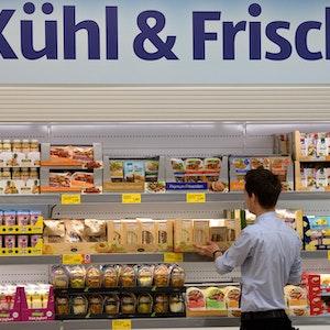 Ein Aldi-Mitarbeiter befüllt 2014 in Düsseldorf (Nordrhein-Westfalen) in der Aldi-Filiale an der Königsallee die Regale. Wegen eines Sorbets, gibt es Zoff. Es darf nicht die geschützte Bezeichnung Champagner tragen.