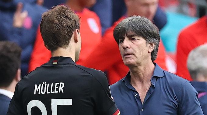 Joachim Löw und Thomas Müller umarmen sich nach dem Ende des Spiels gegen England.