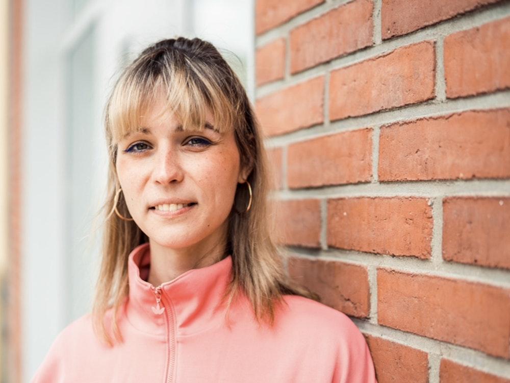 Nyke Slawik lehnt sich in Köln-Mülheim an eine Wand. Sie zieht in den Deutschen Bundestag ein