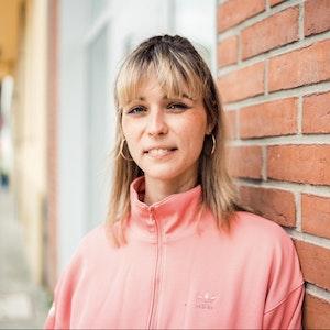 Nyke Slawik lehnt sich in Köln-Mülheim an eine Wand. Wird sie die erste Trans-Frau im Deutschen Bundestag?