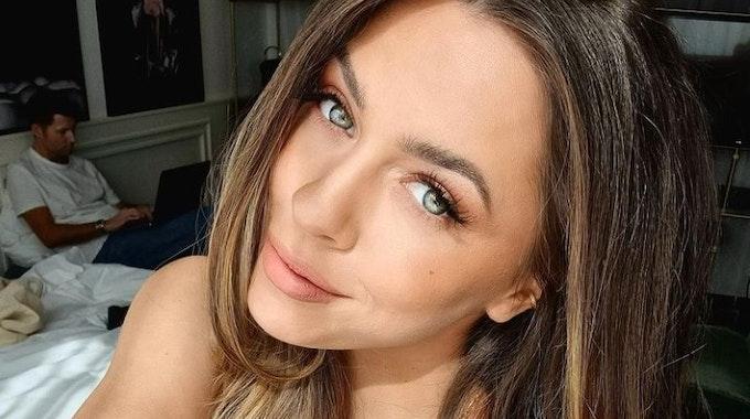 """Das Selfie aus dem Bett postete Vanessa Mai am 24. März 2021. Screenshot für Berichterstattung über Amazon Prime-Forma """"Celebrity Hunted"""" am 29. Juni 2021"""