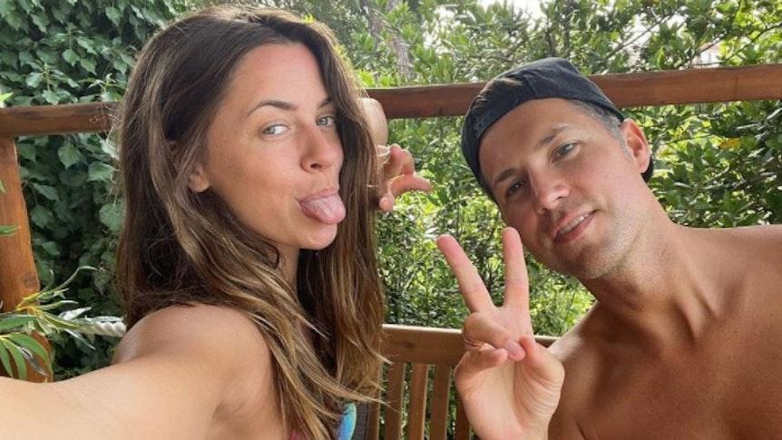 Vanessa Mai sitzt neben ihrem Ehemann, als sie ein Selfie postet, und streckt die Zunge heraus. Beide sind in Kroatien im Urlaub, Mai postete eine neckische Fotoserie bei Instagram.