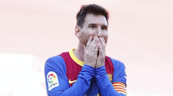 Lionel Messi hält sich die Hände vor den Mund