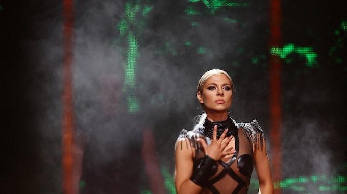 """Schauspielerin Valentina Pahde steht bei der RTL-Tanzshow """"Let's Dance"""" in einem schwarzen Kleid auf der Bühne und tanzt. Sie schaffte es bei der RTL-Tanzshow bis ins Finale."""