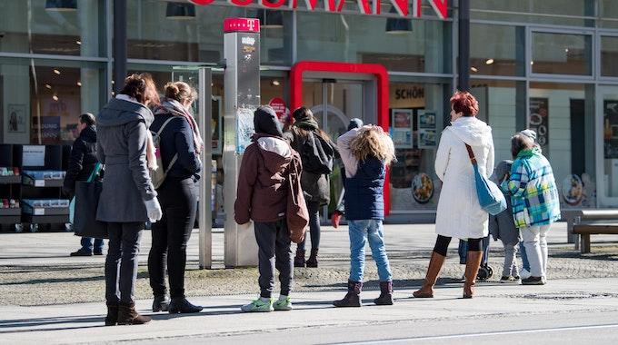 Kunden einer Drogerie stehen im Zentrum von Chemnitz vor dem Geschäft in einer Warteschlange (Archivbild vom März 2020): Große Handelsketten rechnen derzeit mit Preissteigerungen, der Grund sind Logistikengpässe.